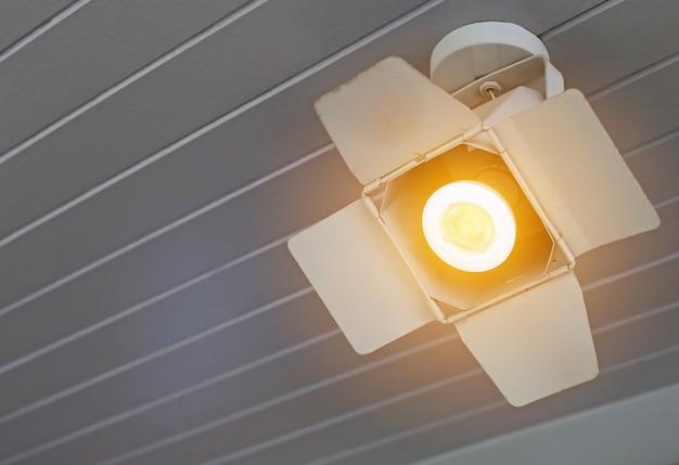 クローズアップスポットライトは天井からぶら下がってオンにします。