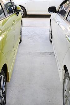 通り抜けるための駐車場の車の間のギャップ。
