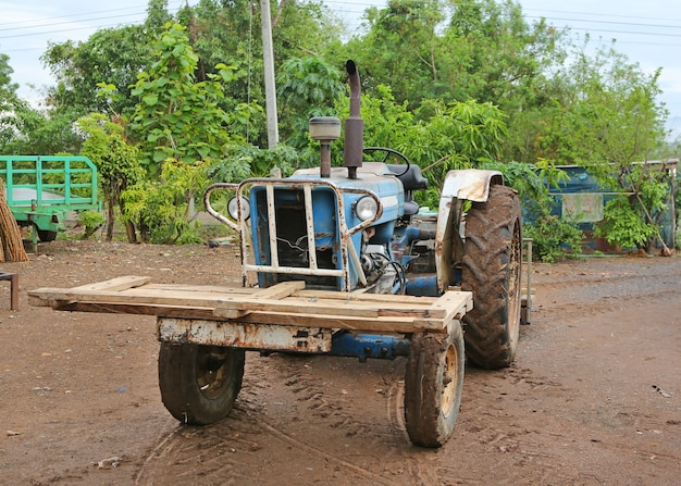 古い強力なトラクター