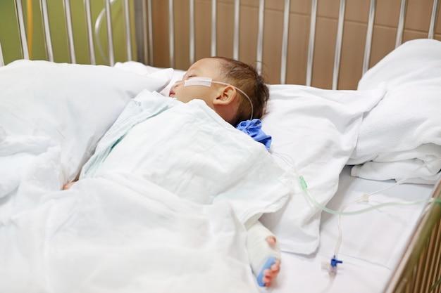 治療を受ける鼻の中の呼吸管を持つ男の子。