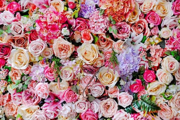 美しいバラ色のバラとリリーの花束