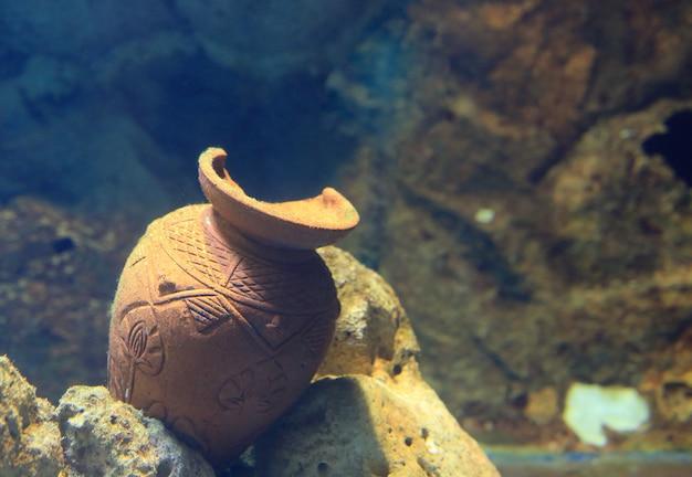 壊れた瓶と水タンクの下の装飾。