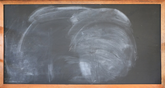 チョークトレースと黒板のテクスチャ。空の空の黒い黒板背景。