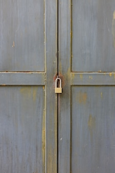 Закройте ключ, запертый на металлической двери.