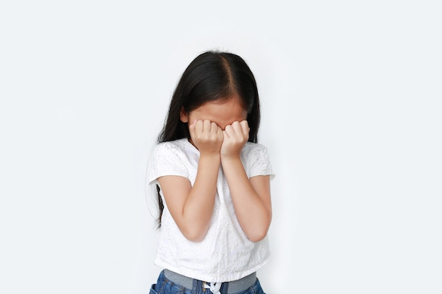 子供は泣いて手で目をこすります