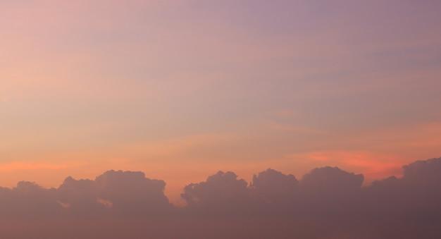 夕焼け空と夕暮れの雲