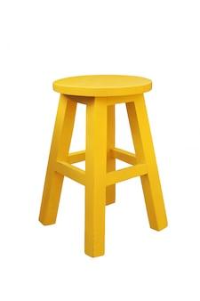 黄色の木製スツールが分離されました。