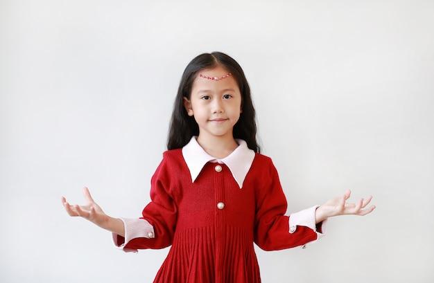 プリンセスでかわいい女の子の肖像画は、何かを保持している笑顔と表情の手でドレスアップします。