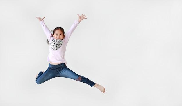 空気中の白い背景の上にジャンプの女の子