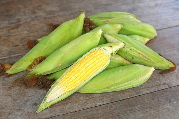 Кукуруза на деревянном столе