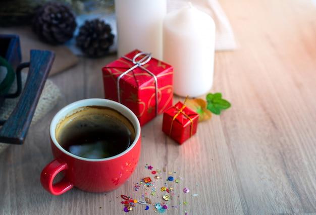木製のテーブル、メリークリスマス、新年あけましておめでとうございさんのコンセプト