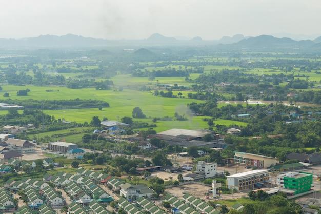農村都市と山のタイの風景