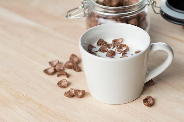 Шоколадные хлопья кукурузные хлопья и молоко для завтрака