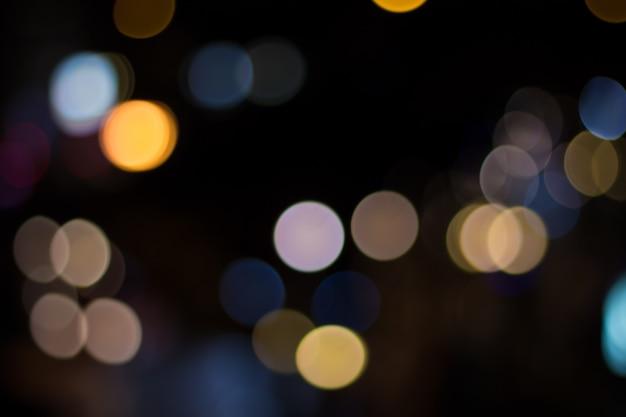 Затуманенное автомобильное освещение и движение по городу