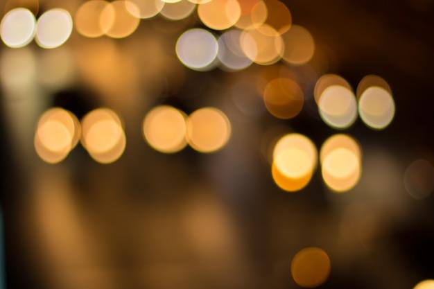 Размытие изображения автомобильного света и движения в городе для абстрактного фона