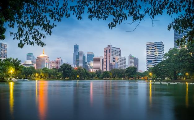 バンコクのルンピニー公園のバンコクのスカイライン。ルンピニー公園はバンコクの公園です