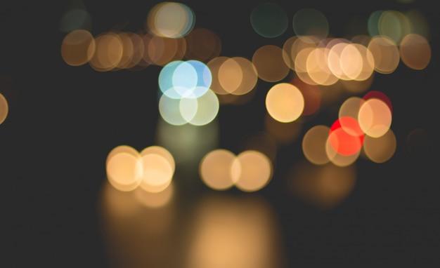 車の光と抽象的な背景の都市のトラフィックをぼかし