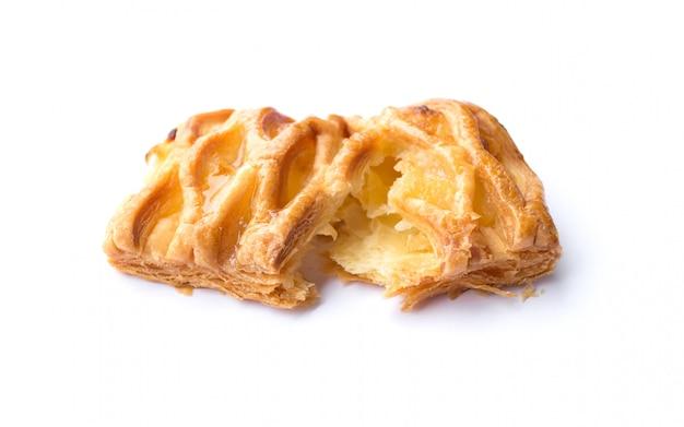 分離されたシャキッとしたパイナップルパイのクローズアップ