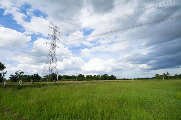 田んぼの高電圧ポストまたは高電圧タワー