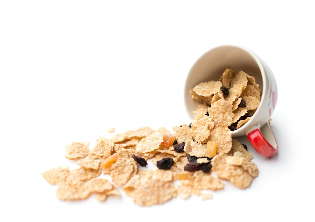 ベリーフルーツとレーズンを朝食に混ぜた全粒シリアルフレーク