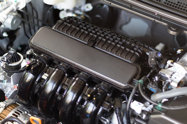 Закройте деталь двигателя автомобиля с внутренним дизайном двигателя