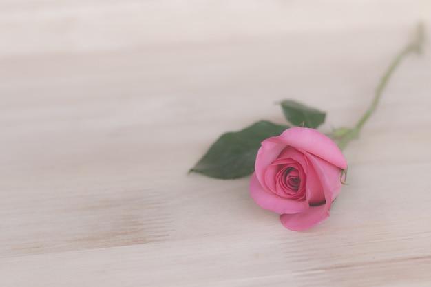 Розовые розы в день святого валентина, романтический фон (винтажный эффект)