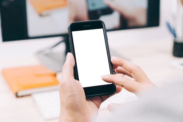 マンハッタンデザインのためのモバイルスマートフォンの白いスクリーンに触れている男の手