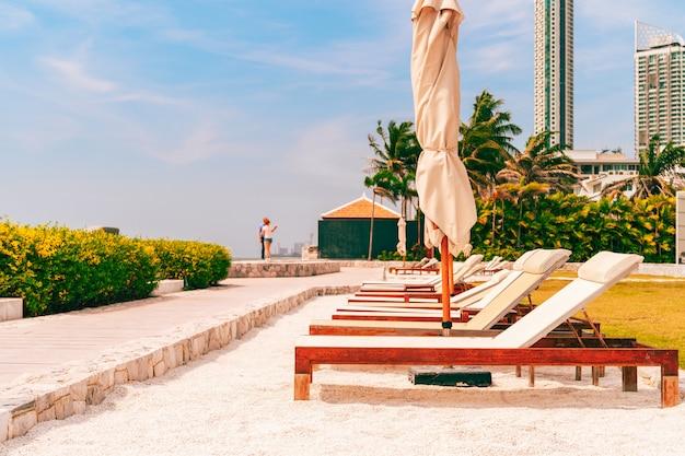 タイの夏のホリデーシーズン中の晴れた日にフロントビーチでサンラウンジャー