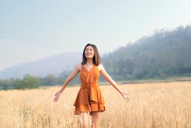 麦畑で幸せな時間アジアの女性