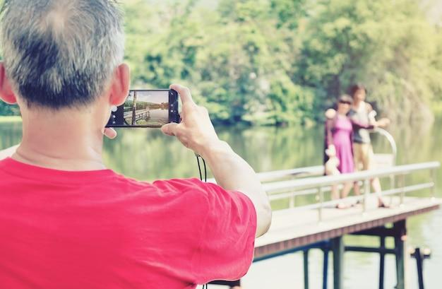 人は屋外で写真を撮っています