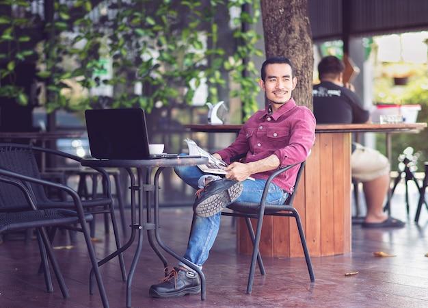 座っている男とコーヒーショップで笑顔。