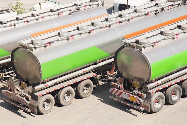 燃料、物流トラック、石油、電力を輸送する自動車燃料タンカー。