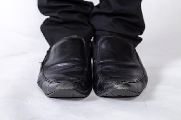 Обувь и ноги предпринимателя осторожный шаг