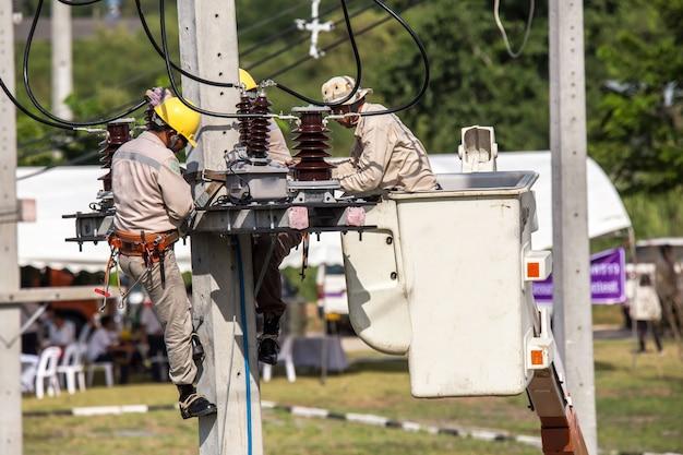 高さと危険で働く電気工事の全体像