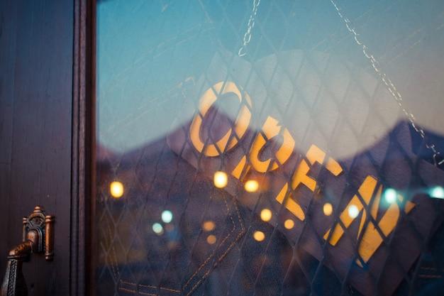 ジーンズショップのドアの開いたサイン