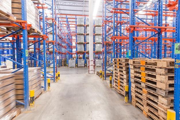ロジスティック、保管、出荷、産業および製造のコンセプト - 倉庫棚に保管