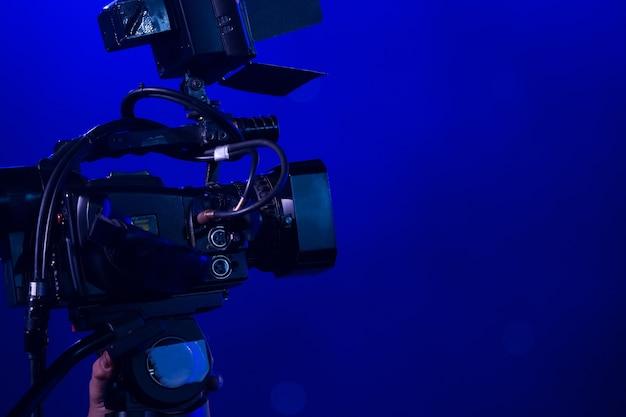 パーティーで働いているビデオカメラのオペレータ