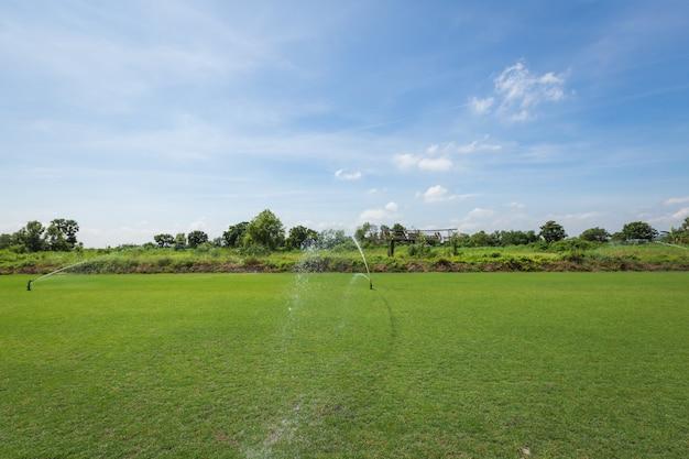 灌漑システム緑の草原に水を注ぐ