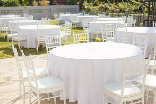 結婚式のレセプションの屋外テーブル
