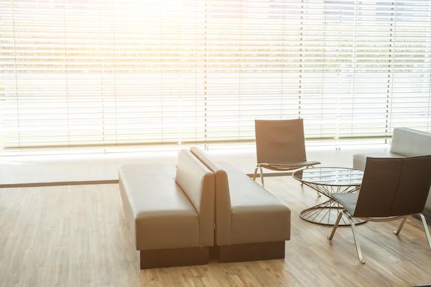 オフィス、ソファー、広々としたモダンな待合室