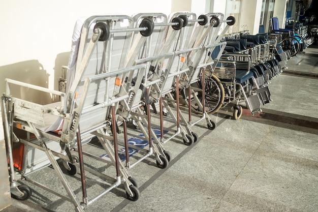 空の車椅子が病院に駐車しています