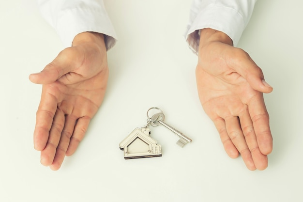 家のキーを与える不動産業者、隔離された背景、