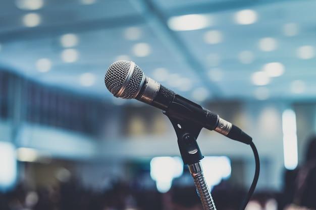 Микрофон в зале конференц-зала или конференц-зала.