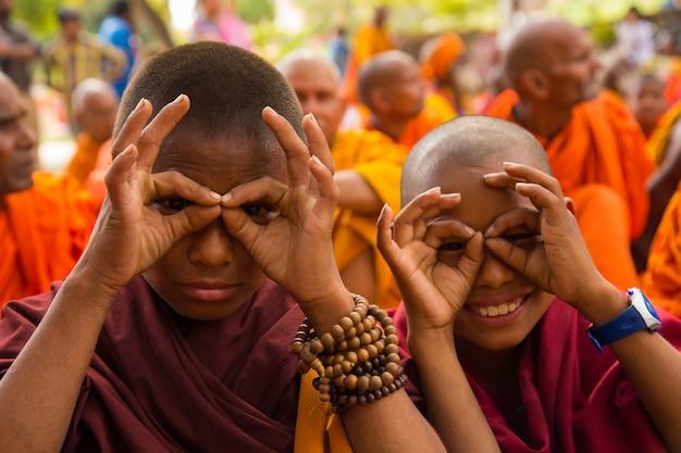 Люди в бодхгайе и бодх гая - религиозный сайт буддизма