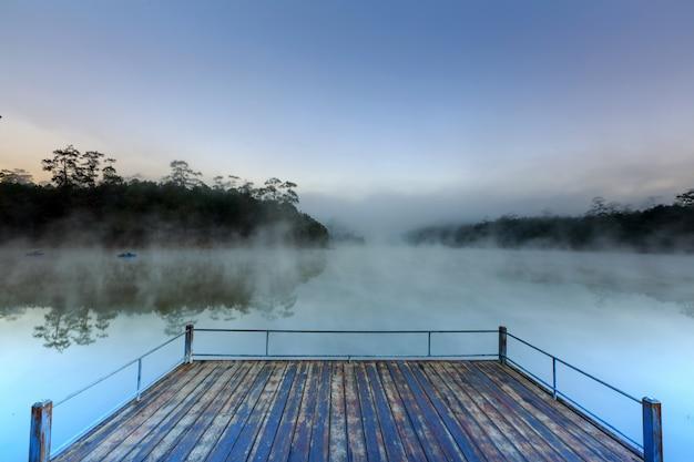 朝のタイのチェンマイで湖と松林