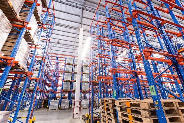 物流、保管、出荷、産業、製造のコンセプト - 倉庫棚に保管