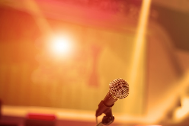 Микрофон в конференц-зале