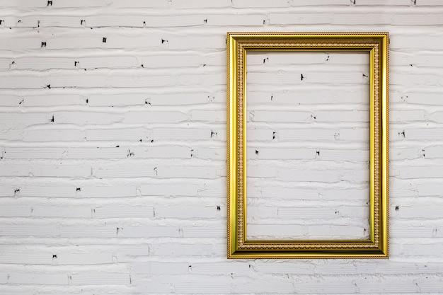 白いレンガの壁にヴィンテージのフレーム。バックグラウンド。