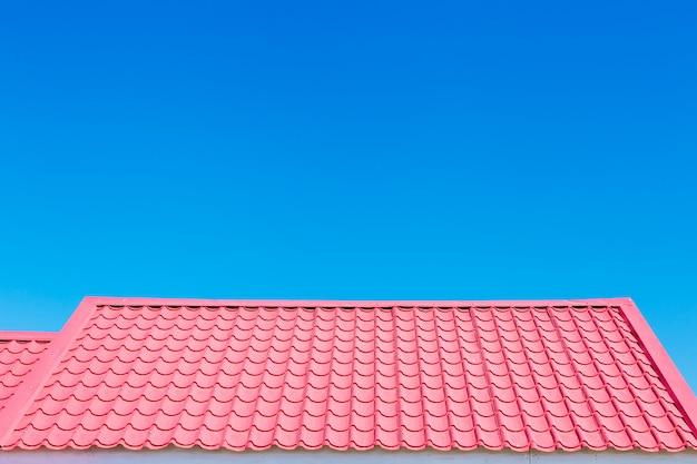 ピンクの屋根、青空の背景