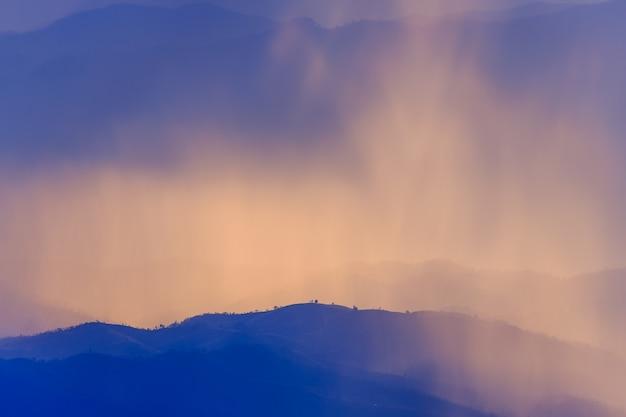Пейзаж горы и теплый свет и дождливый характер, дой интанон, чиангмай таиланд